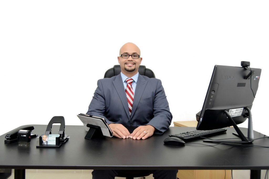 rafael-sentado-computadora